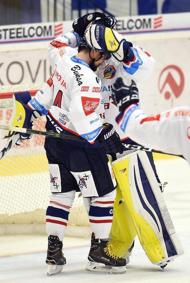 Vítkovický obránce Marek Hrbas a brankář Patrik Bartošák se radují z vítězství nad Spartou.
