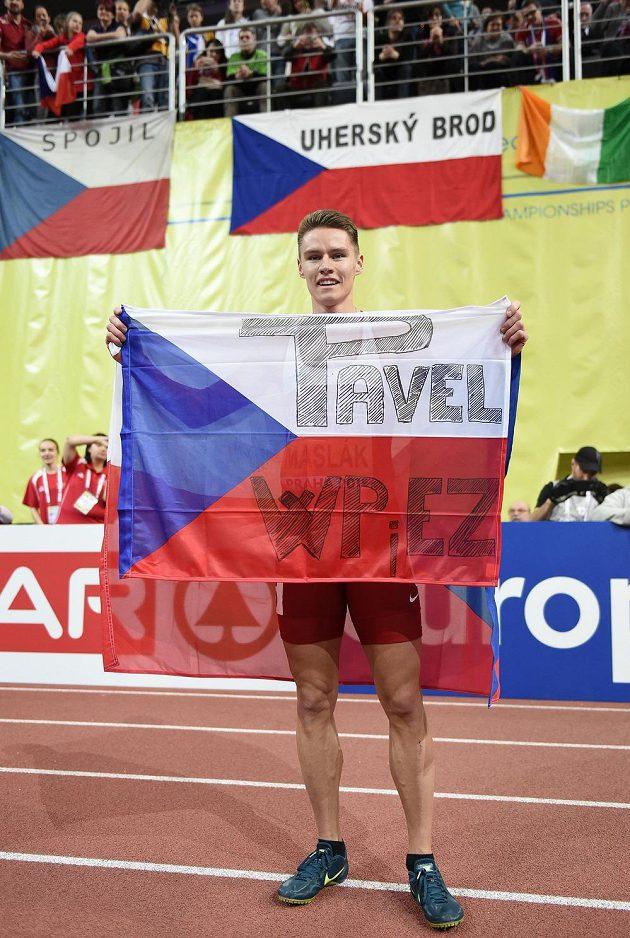 Běžec Pavel Maslák oslavuje s vlajkou zlato ve finále 400 m na HME v Praze.