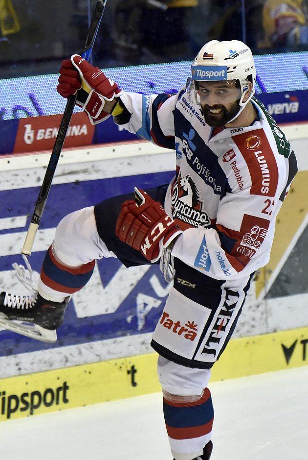 Z gólu se raduje pardubický útočník Tomáš Svoboda.