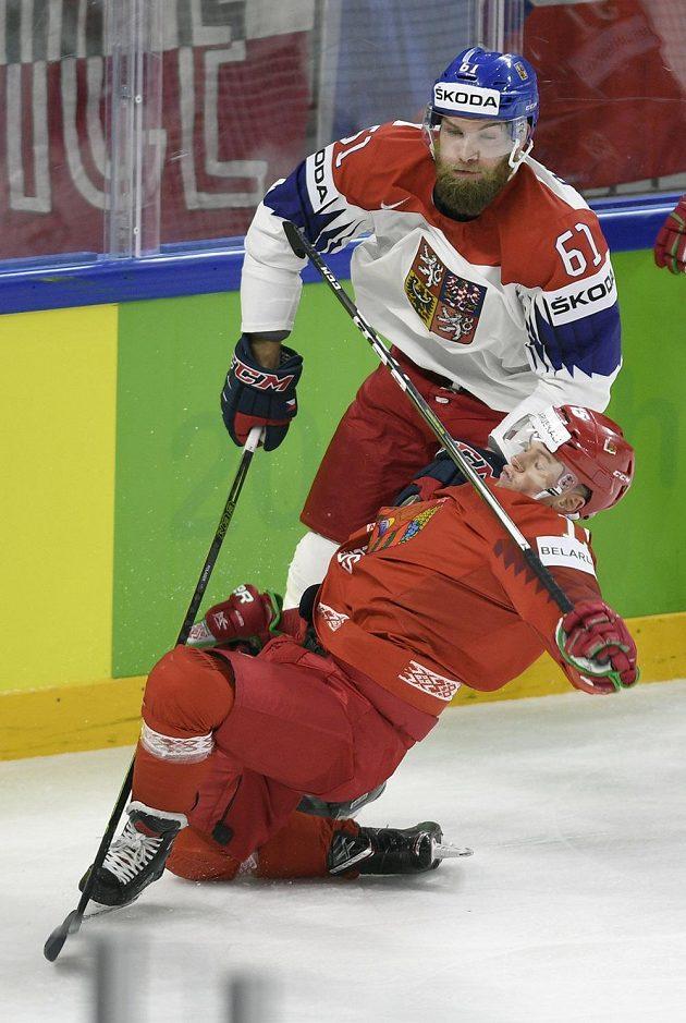 Český obránce Adam Polášek (vlevo) a útočník Arťom Děmkov z Běloruska.