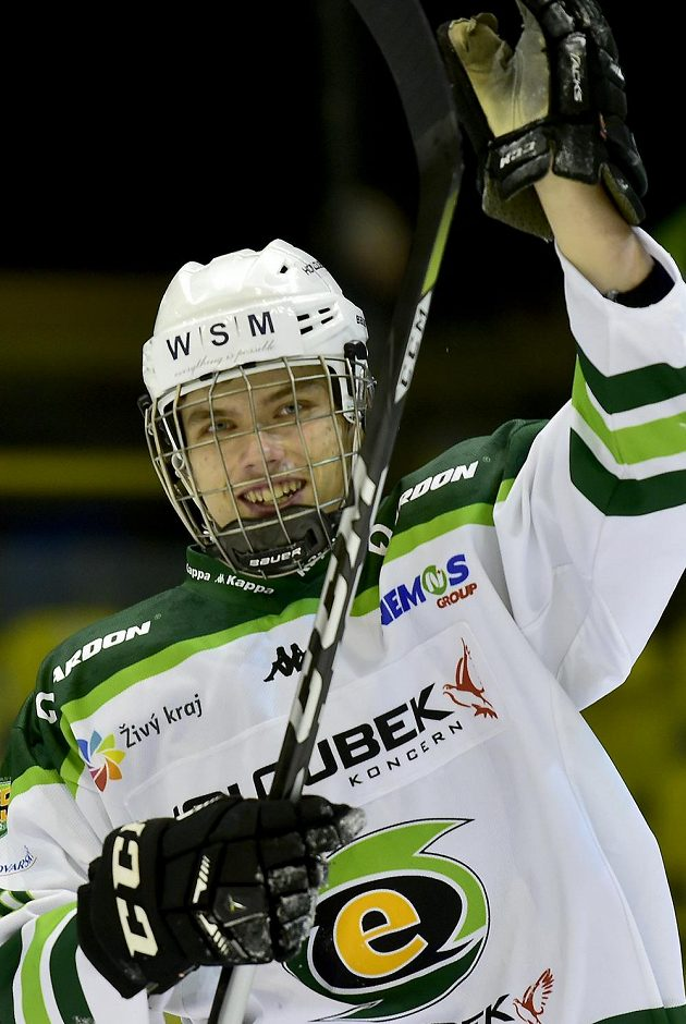 Útočník Otakar Šik z Karlových Varů se raduje po vítězném utkání.