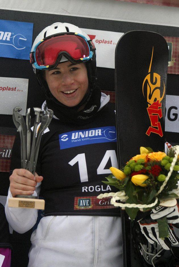Snowboardistka Ester Ledecká s trofejí pro vítězku paralelního obřího slalomu závodu Svétového poháru v Rogle