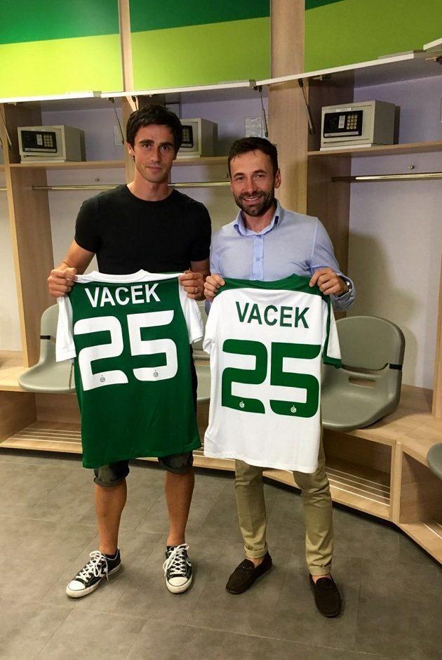 Kamil Vacek a jeho manažer Viktor Kolář ze společnosti Sport Invest International s dresem Maccabi Haifa.