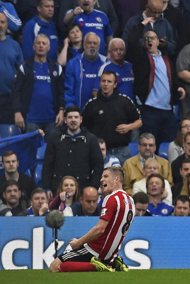 Steven Davis oslavuje svůj gól proti Chelsea.