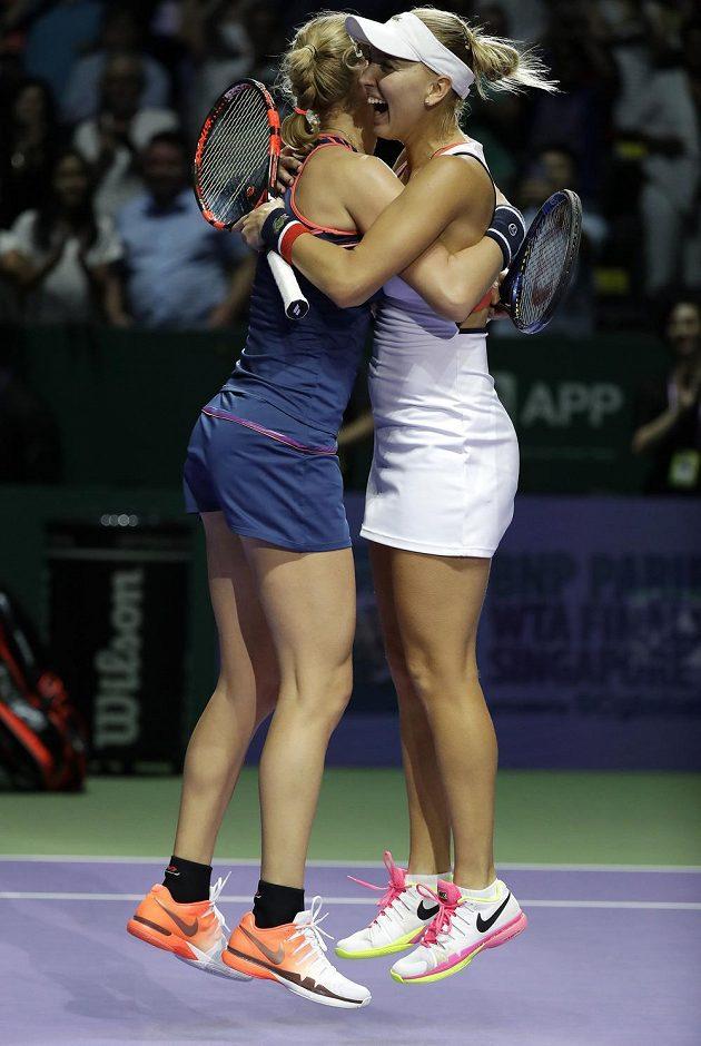 Radost ruských tenistek Jekatěriny Makarovové a Jeleny Vesninové po vítězství v Turnaji mistryň.