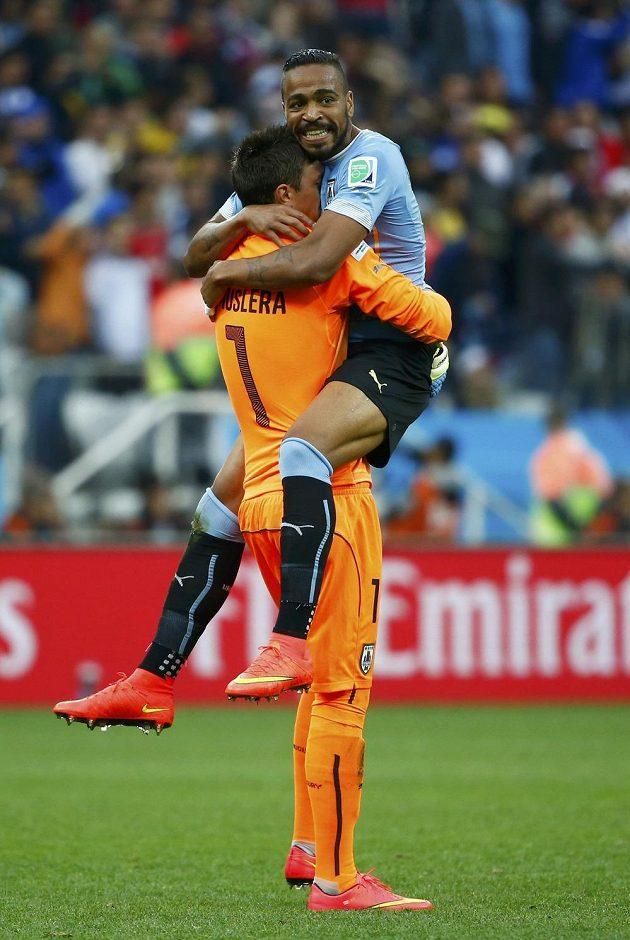 Uruguayci Jose Maria Gimenez (vpravo) a Fernando Muslera se radovali po trefě Luise Suáreze.