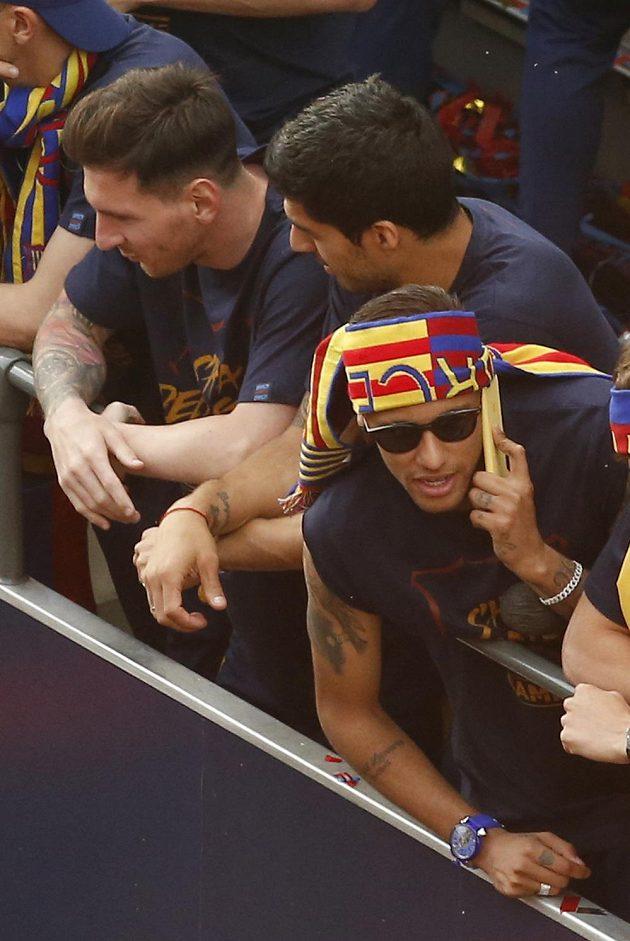 Barcelonští Lionel Messi (vlevo), Luis Suárez (uprostřed) a Neymar při oslavách titulu.