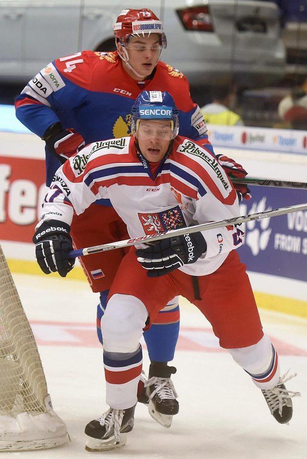 Útočník české hokejové reprezentace Jan Hruška před Nikolajem Prochorkinem z Ruska.