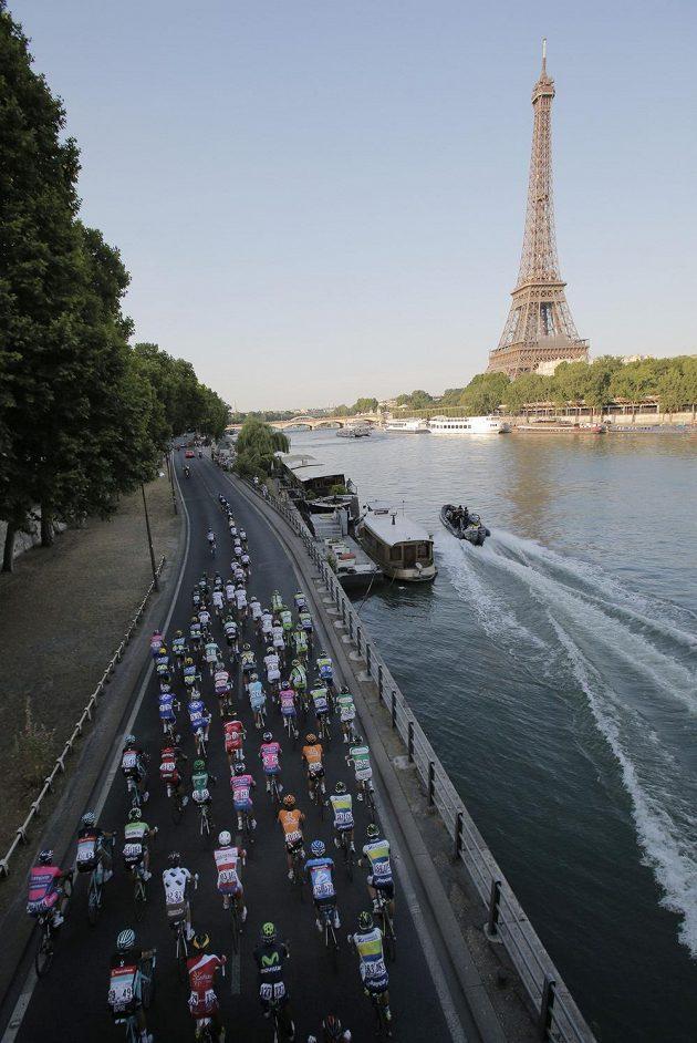 Konečně cíl! Vpravo symbol Paříže Eiffelova věž.
