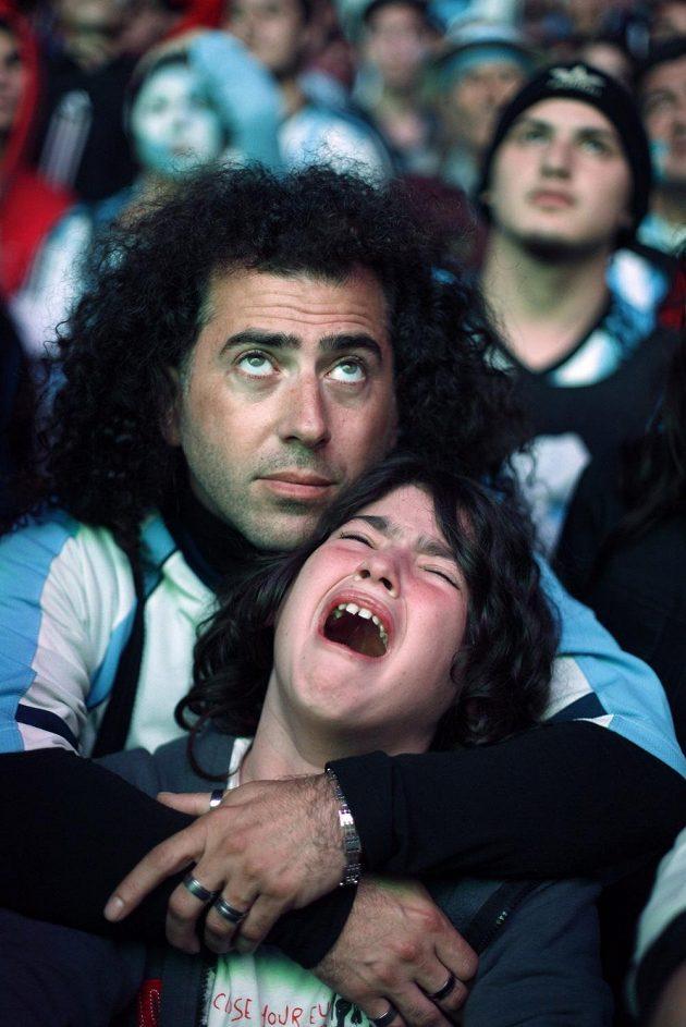 Smutek a pláč argentinských fanoušků po finálové porážce s Německem.
