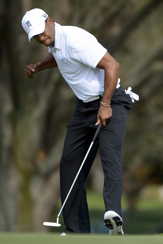 Spokojené gesto staronové světové jedničky Tigera Woodse.