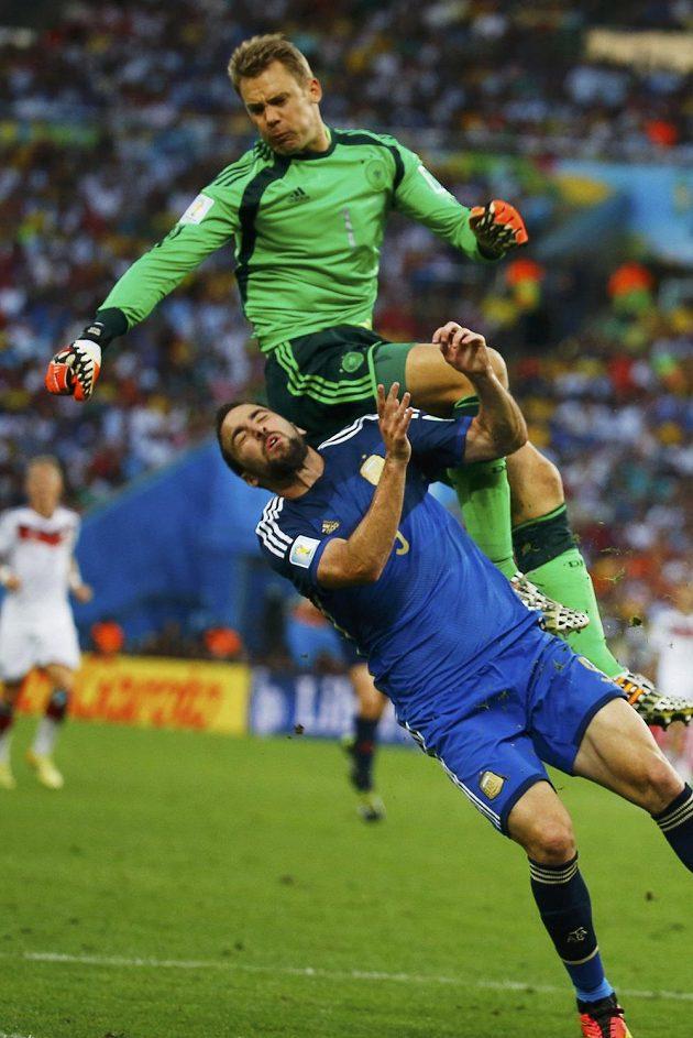 Manuel Neuer (nahoře) převálcoval Gonzala Higuaína.