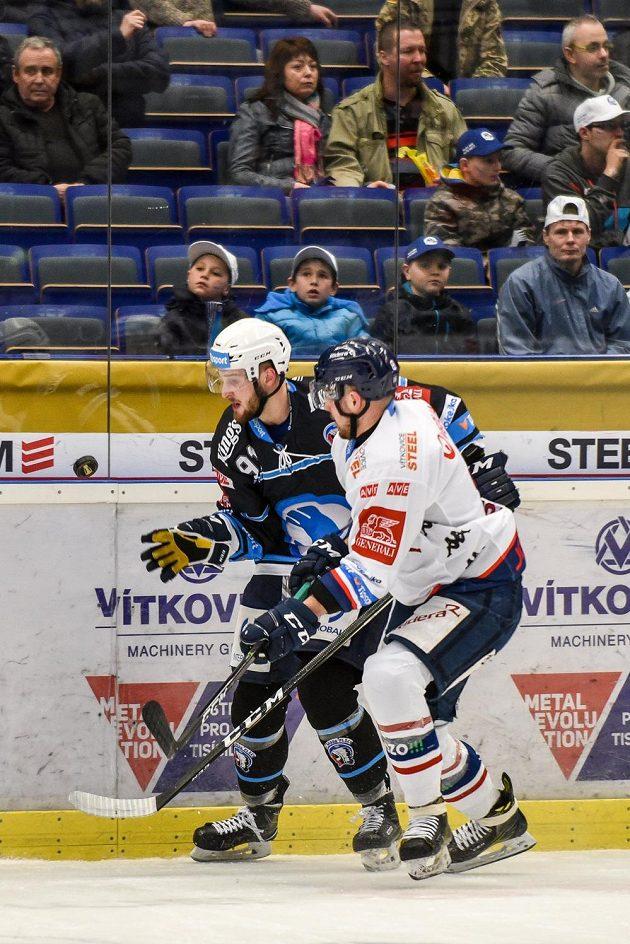 Martin Procházka z Plzně a Vojtěch Tomi z Vítkovic během úvodního utkání předkola play off hokejové extraligy. Vítkovice vyhrály 3:1.