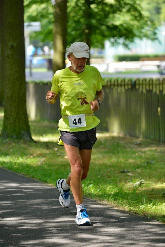 Vlastimil Dvořáček běží v Kladně závod na 24 hodin.