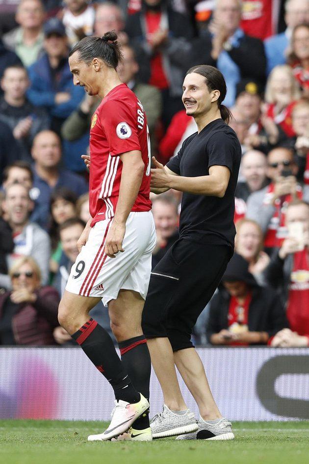 Že by dvojník? Fanoušek je velmi Zlatanovi podobný.