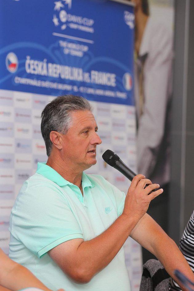 Nehrající kapitán Jaroslav Navrátil vystoupil 10. července v Třinci na tiskové konferenci k čtvrtfinálovému utkání tenisového Davisova poháru mezi týmy Česka a Francie.