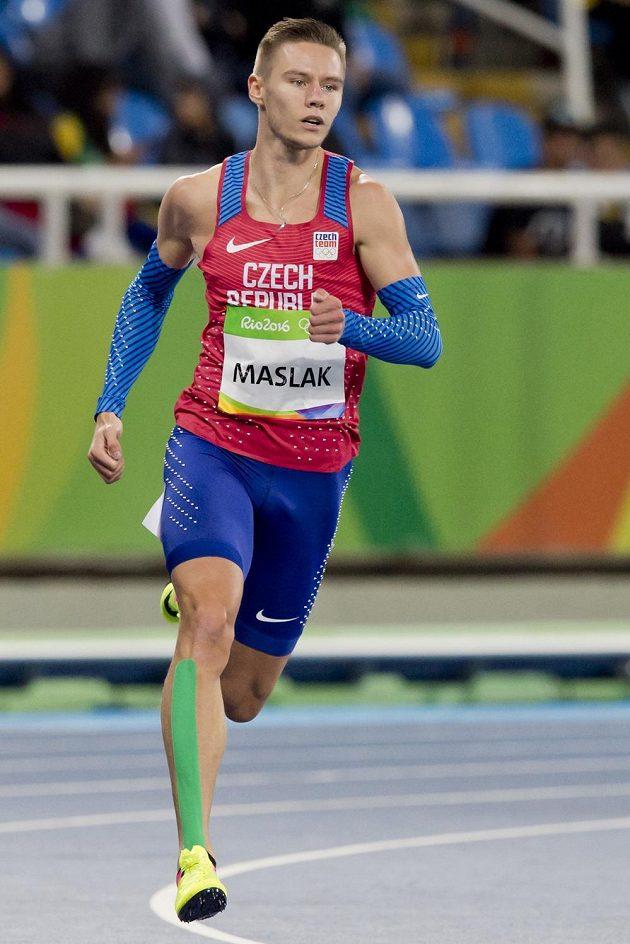 Pavel Maslák při rozběhu na 400 m měl namále, ale postoupil.