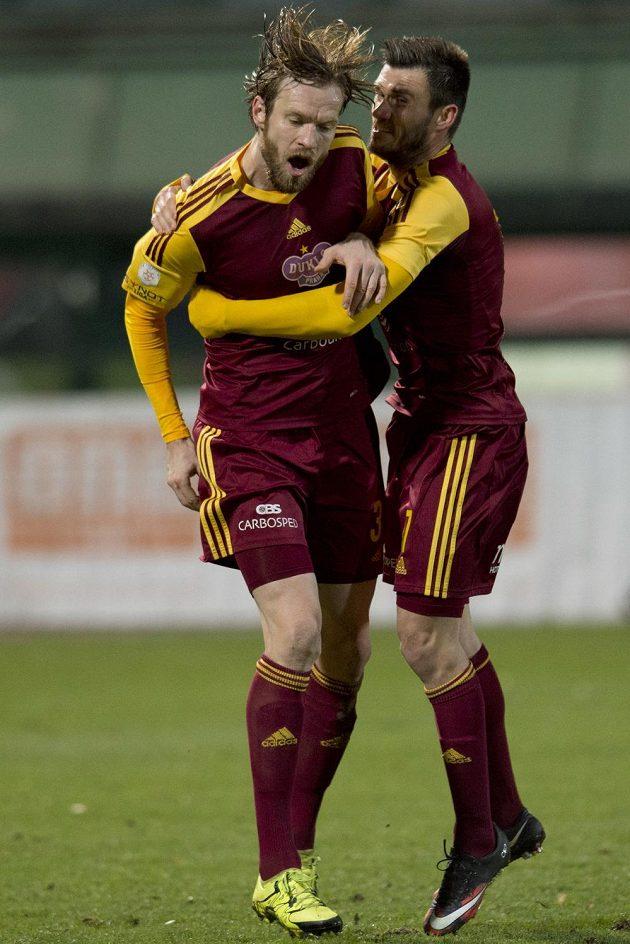 Stoper Dukly Kaspars Gorkšs (vlevo) se raduje se spoluhráčem Josipem Jurendičem z gólu proti Teplicím.