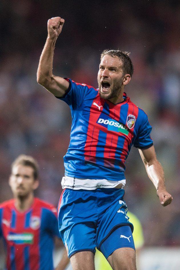 Plzeňský útočník Marek Bakoš oslavuje gól na 3:1 během utkání s Larnakou.