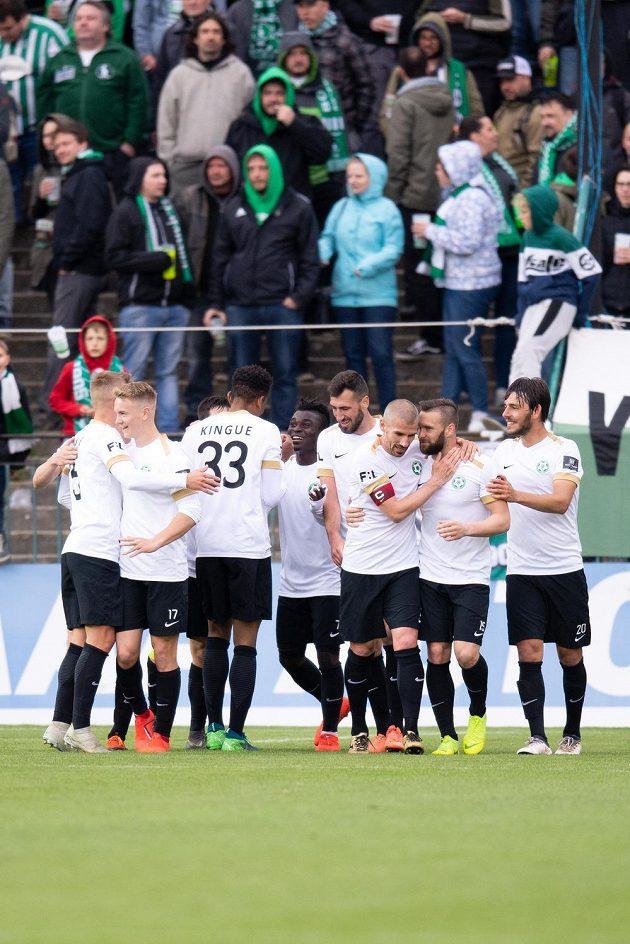Fotbalisté Příbrami oslavují gól Oliviera Kingueho na 2:1 během utkání nadstavby Fortuna ligy ve skupině o udržení s Bohemians 1905.