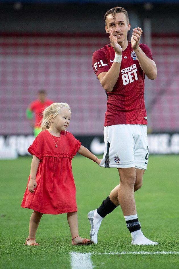 Sparťanský fotbalista Josef Šural s dcerou po utkání 3. kola ligy se Slováckem.