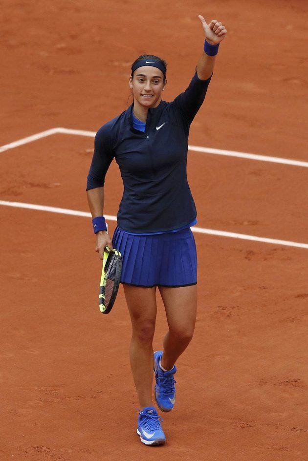 Francouzská tenistka Caroline Garciaová zdraví fanoušky po postupu do druhého kola na Roland Garros.