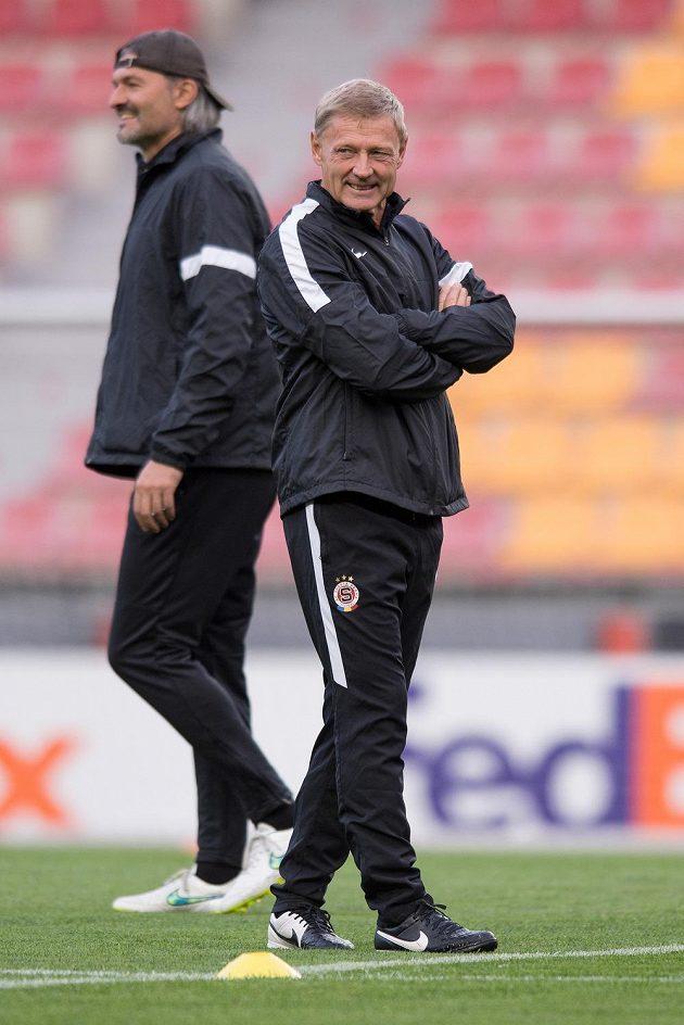 Trenér Sparty Praha Zdeněk Ščasný (vpředu) a trenér brankářů Pavel Srníček během předzápasového tréninku před utkáním Evropské ligy s Nikósií.