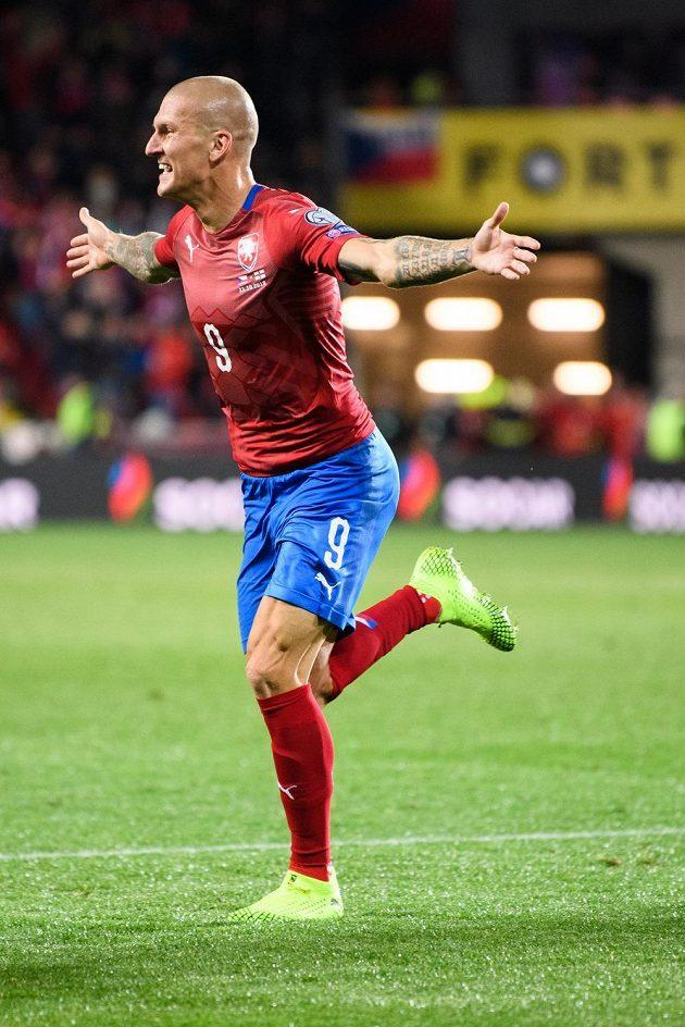 Český útočník Zdeněk Ondrášek oslavuje vítězný gól na 2:1 během utkání kvalifikace ME 2020 s Anglií.