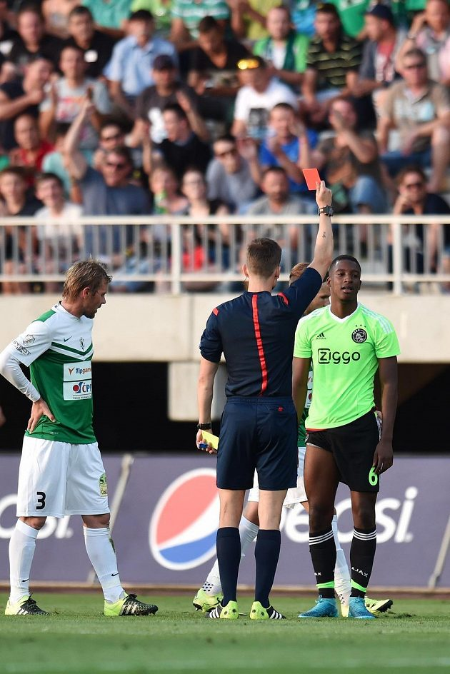 Záložník Ajaxu Riechedly Bazoer dostává v zápase s Jabloncem červenou kartu.