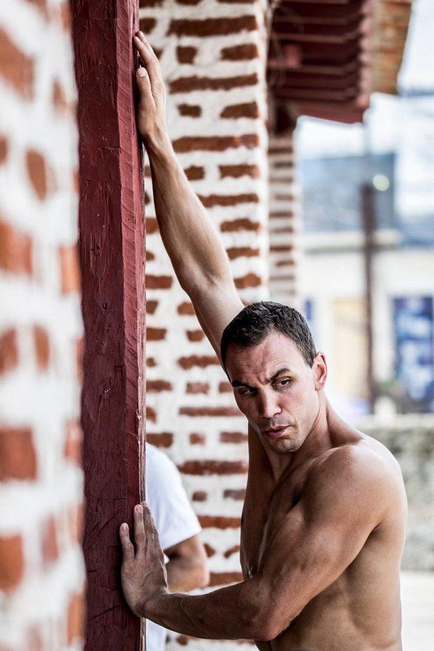Protažení, soustředění. Michal Navrátil se připravuje na skok.