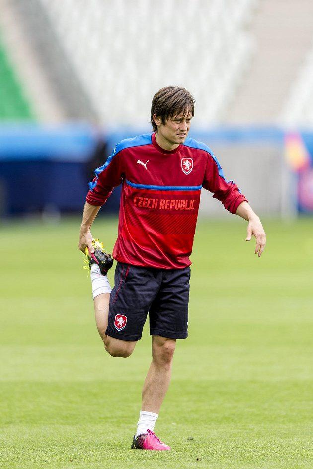 Tomáš Rosický se rozcvičuje na tréninku české reprezentace před zápasem s Chorvatskem.