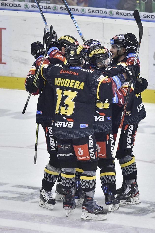 Hokejisté Litvínova se radují ze čtvrtého gólu.