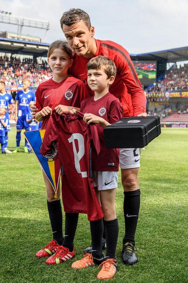 David Lafata se synem Toníkem a dcerou Vandou během loučení s kariérou před utkáním Sparta - Olomouc.