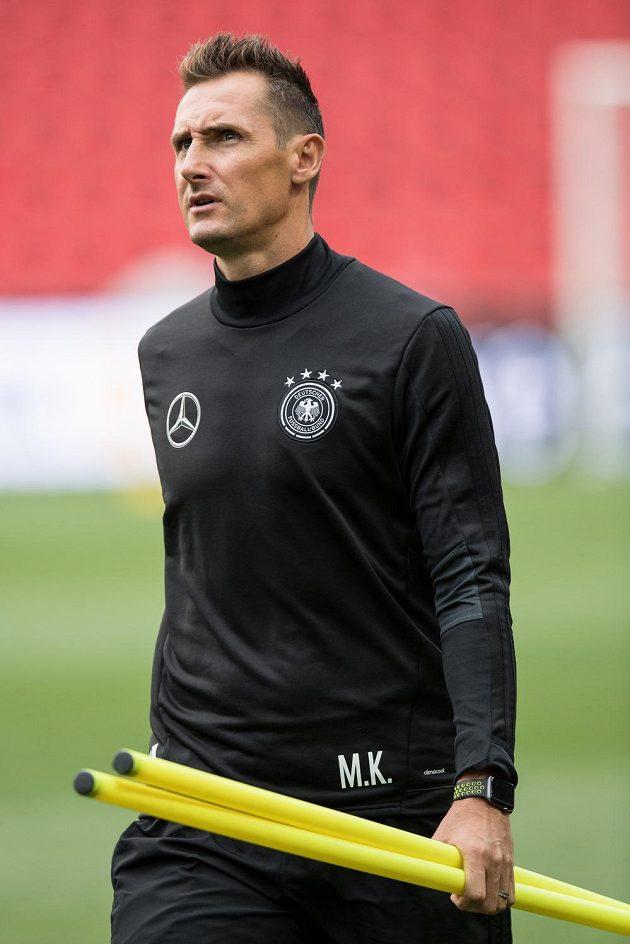 Miroslav Klose sleduje trénink německé reprezentace v Eden Areně v Praze.