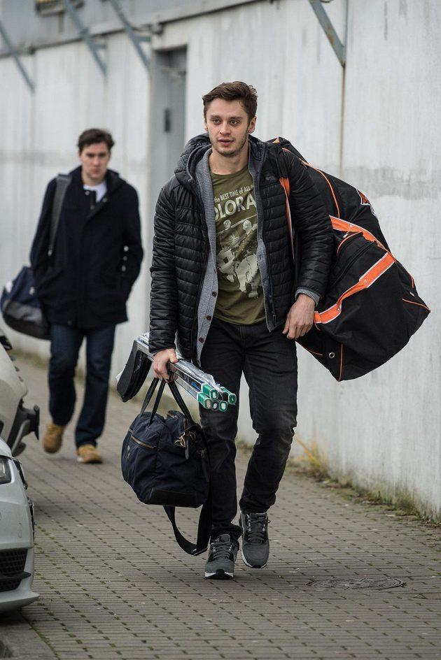Hokejista Tomáš Zohorna přichází na sraz české reprezentace před turnajem Channel One Cup.