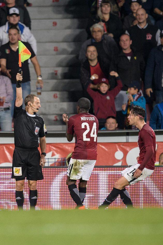 Fotbalisté Sparty Praha Rio Mavuba a Václav Kadlec protestují u asistenta rozhodčího Jiřího Kříže během utkání s Plzní.