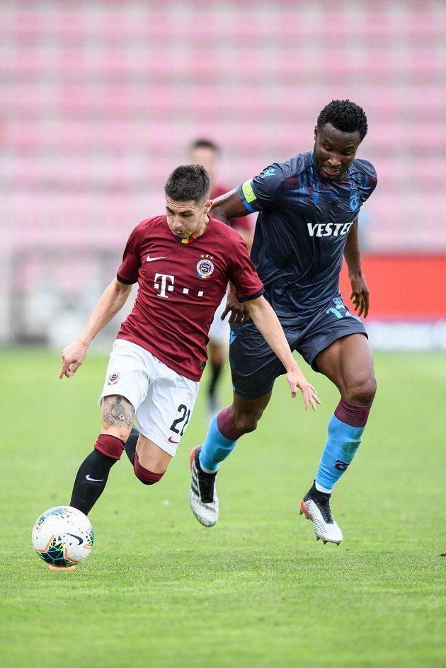 Srdjan Plavšič ze Sparty Praha a John Obi Mikel z Trabzonsporu během utkání 3. předkola Evropské ligy.