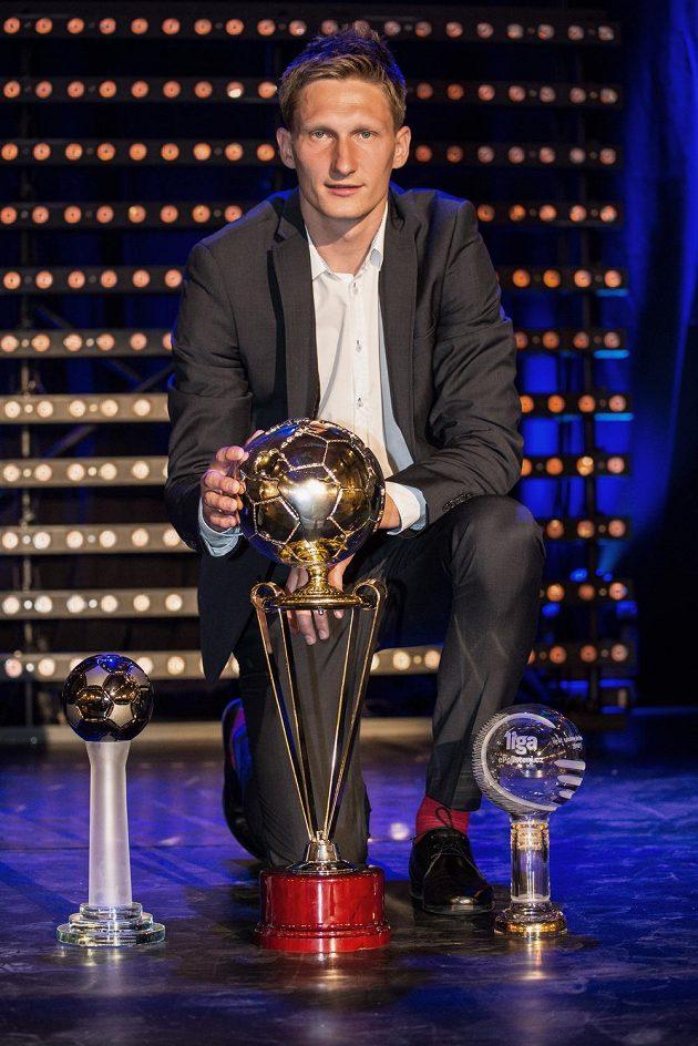 Milan Škoda s trofejemi z Galavečeru ePojištění ligy ročníku 2016/2017.