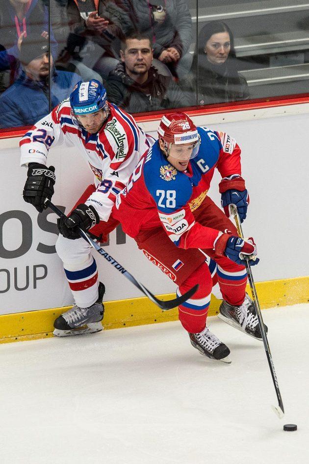 Český obránce Jan Kolář (vlevo) a ruský útočník Alexandr Sjomin.