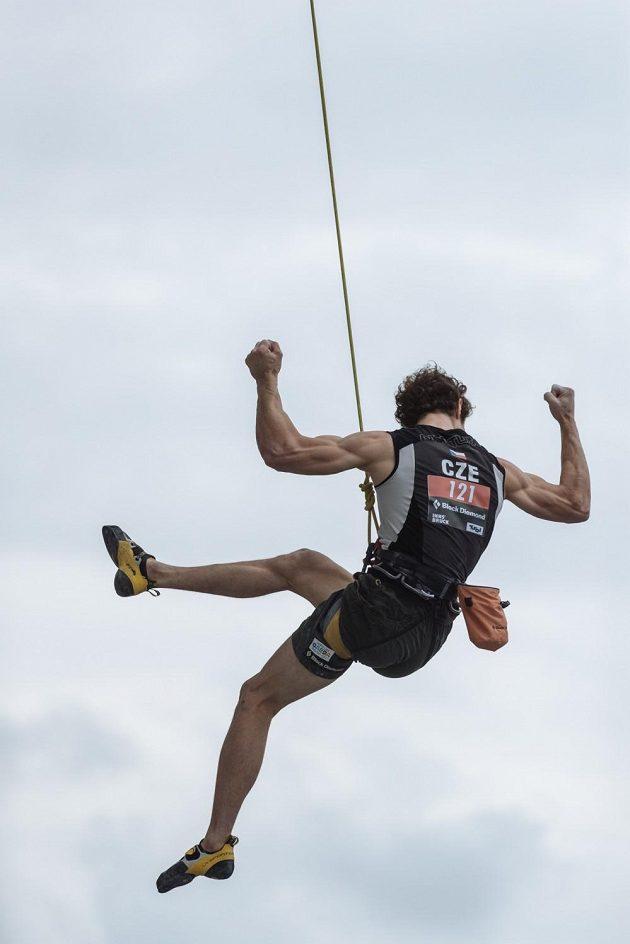 Radost sportovního lezce Adama Ondry po zdolání stěny na mistrovství světa v Innsbrucku.