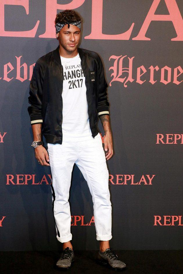Brazilská fotbalová hvězda Neymar na pondělní přehlídce nové kolekce značky Replay v Šanghaji.