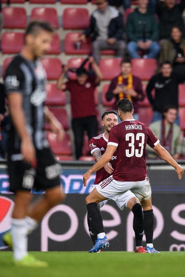 David Moberg Karlsson ze Sparty Praha a Dávid Hancko oslavují gól na 1:0 během utkání s Českými Budějovicemi.
