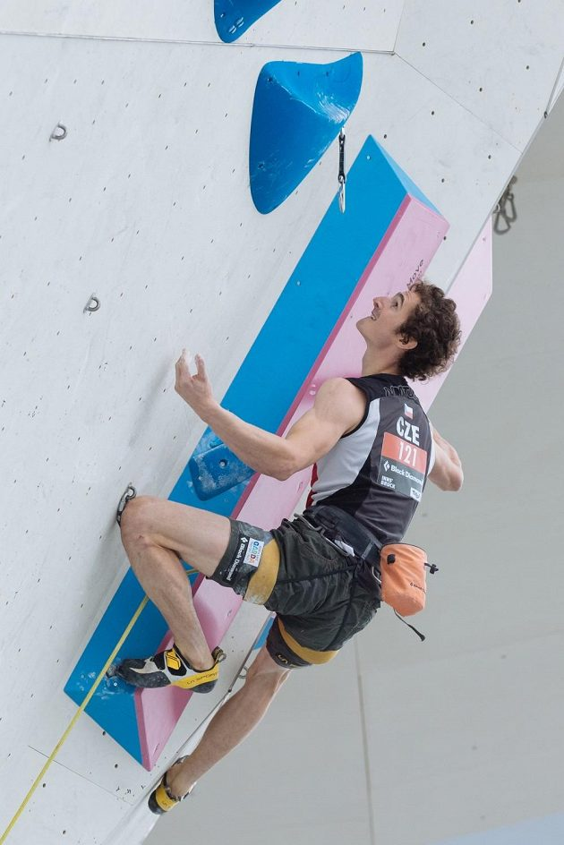 Český lezec Adam Ondra zdolává úchyt po úchytu připravenou zeď na MS v Innsbrucku.