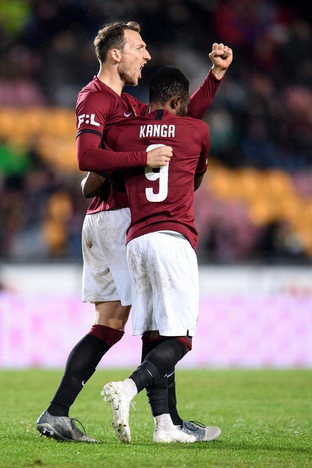 Fotbalisté Sparty Praha Libor Kozák a Guélor Kanga oslavují gól na 2:0 během utkání s Karvinou.