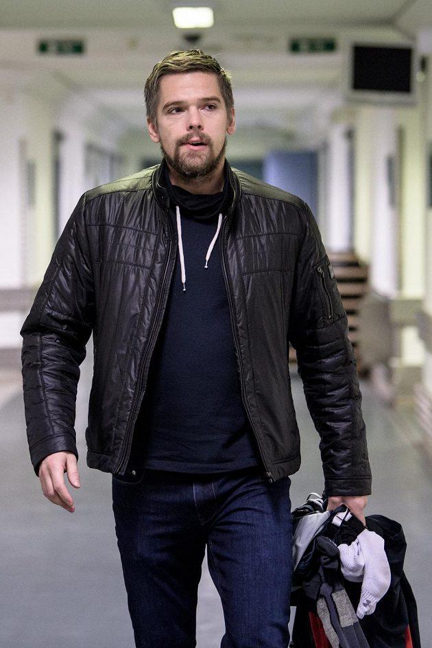 Zbyněk Michálek přichází na sraz hokejové reprezentace před turnajem Channel One Cup.