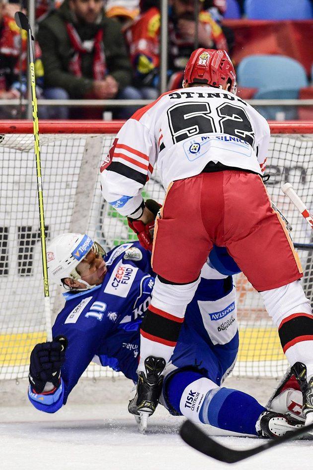 Brněnský hokejista Martin Erat to schytal od Petra Štindla z Hradce Králové.