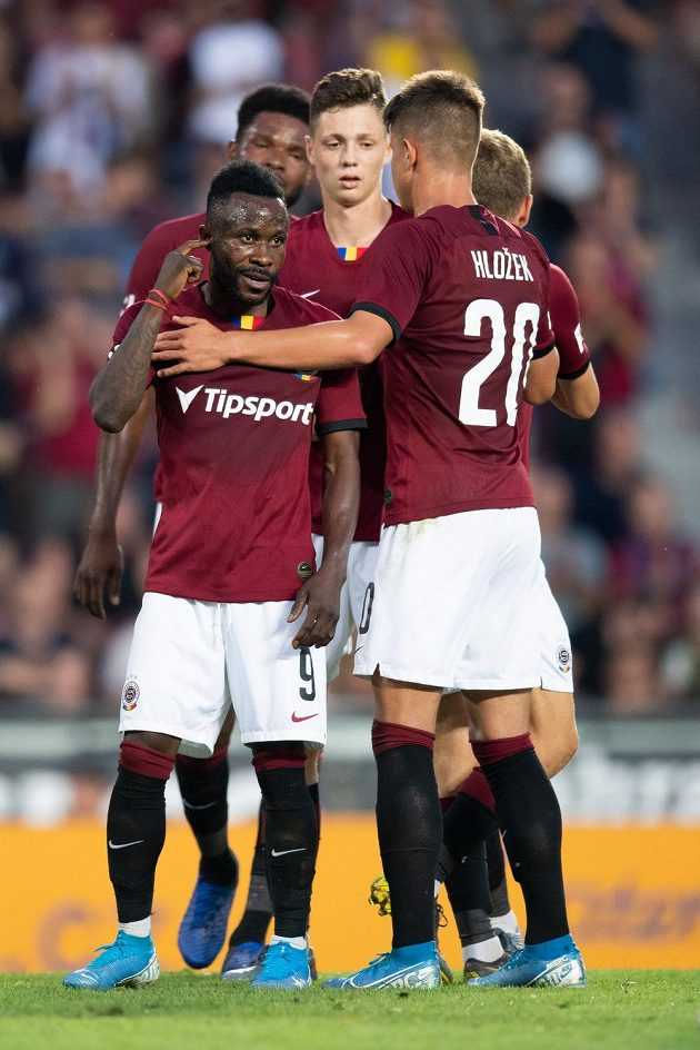 Guélor Kanga ze Sparty Praha oslavuje se spoluhráči gól na 3:0 z nařízené penalty během utkání 4. kola Fortuna ligy.