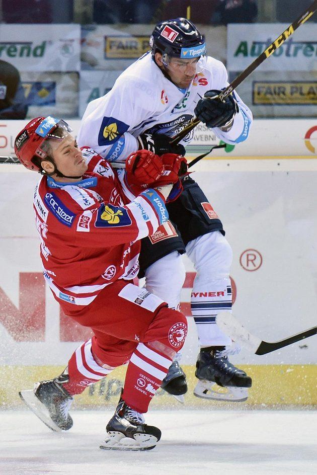 Liberecký útočník Petr Jelínek (vpravo) a třinecký forvard Vladimír Dravecký v zápase 6. kola hokejové Tipsport extraligy.