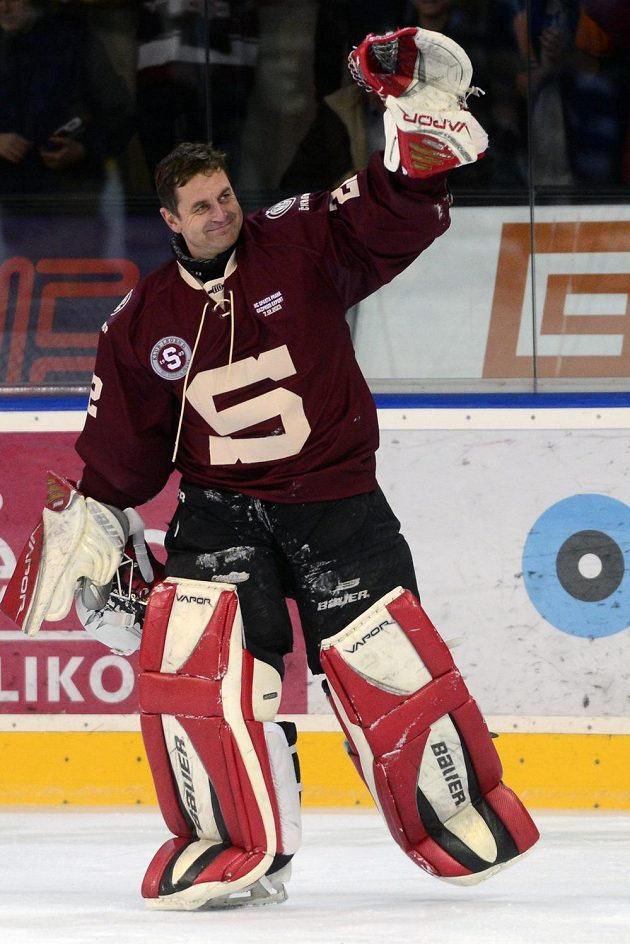Brankář Sparty Praha Petr Bříza zdraví diváky po skončení utkání hokejových legend v Holešovicích.