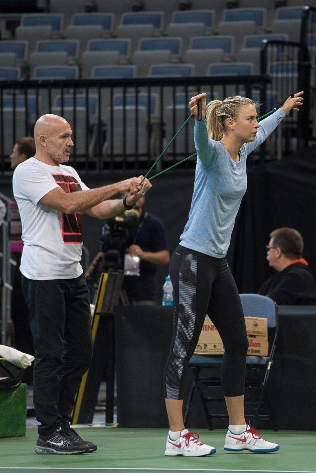 Nejenom s raketou v ruce trénuje ruská tenistka Maria Šarapovová před finále Fed Cupu v Praze.